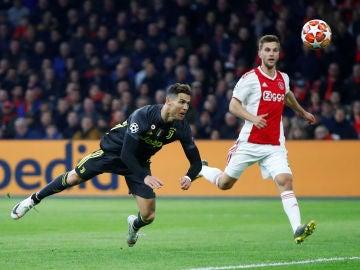 Cristiano Ronaldo remata de cabeza en su gol