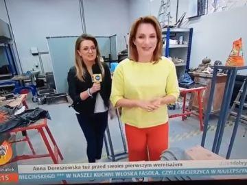 Una reportera destroza una escultura mientras entrevista a la artista