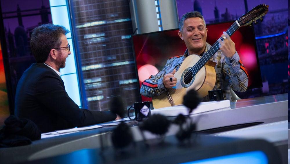 SUPER - Alejandro Sanz enamora tocando la guitarra y cantando 'Mi persona favorita' en 'El Hormiguero 3.0'