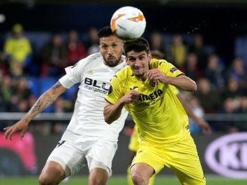 Facundo Roncaglia disputa el balón con Gerard Moreno
