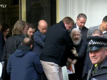 Este es el momento de la detención de Julio Assange