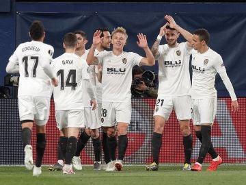 Los jugadores del Valencia celebran el 1-2 en el Estadio de la Cerámica