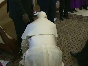 El Papa Francisco se arrodilla para besar los pies de los líderes de Sudán del Sur y de la oposición