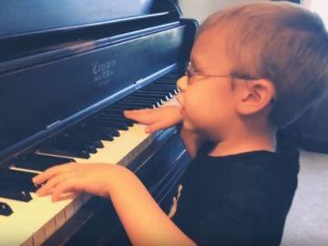 El niño que triunfa con sus versiones al piano