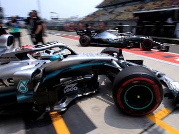 Hamilton espera a que Bottas pase por delante en el pit lane