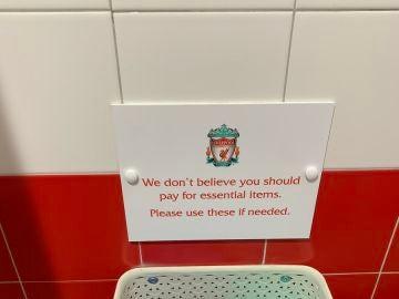 Un baño de mujeres del Liverpool, con compresas y tampones