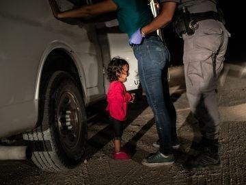 La niña migrante llorando en la frontera entre EEUU y México