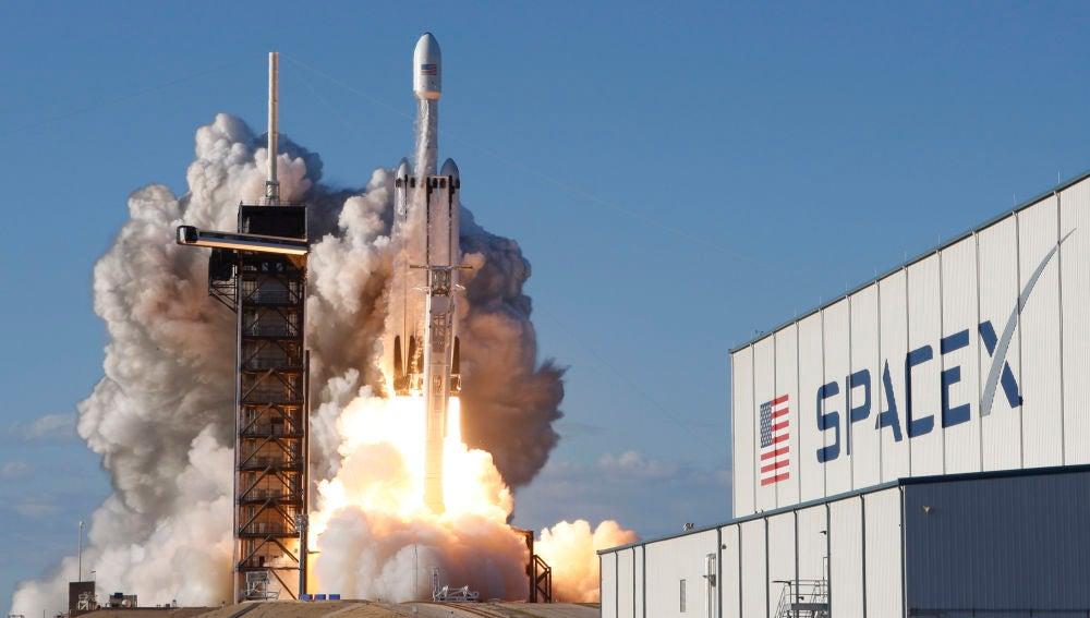 El cohete 'Falcon Heavy' de SpaceX durante su despegue.