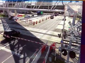 Un tren choca con un coche que pasó por la vía cuando las barreras estaban cerradas