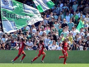 Las jugadoras del Sevilla celebran su gol frente a la grada del Betis
