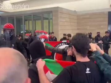 Unas 200 personas se manifiestan contra un acto de Vox en San Sebastián