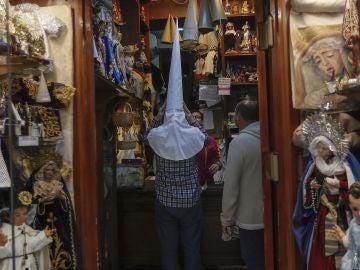 Tienda de Túnicas y capirotes para las numerosas cofradías