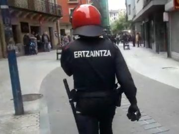 La Ertzaintza escoltando a Ciudadanos en Errenteria
