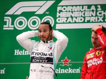 Hamilton celebra su victoria y Vettel se lleva la mano a la cabeza