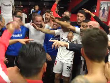 El vestuario del Sevilla celebra la victoria en el derbi