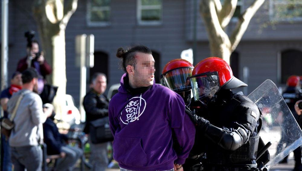 Un joven es detenido por agentes de la Ertzaintza