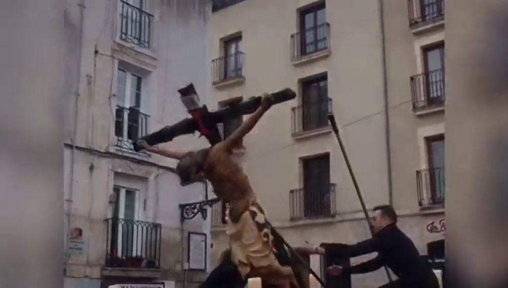 Se la talla del Cristo de las Gotas se cae mientras era alzada sobre su paso en Burgos