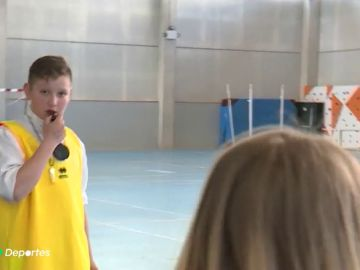 Marcar y coger el silbato: la idea para concienciar a los niños sobre la difícil misión de ser árbitro