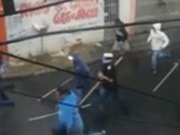 Momento de la pelea entre ultras de Sao Paulo y Corinthians