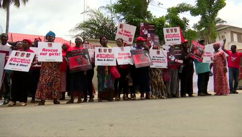 Una marcha multitudinaria exige a Nigeria que ayude a liberar a las 112 niñas que siguen secuestradas por Boko Haram cinco años después