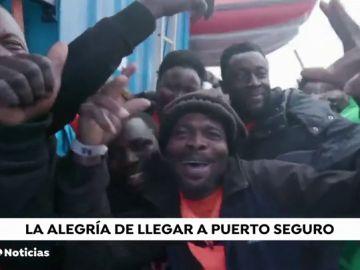 La alegría de un grupo de inmigrantes rescatados en el Mediterráneo al enterarse de que irán a Malta tras diez días esperando permiso
