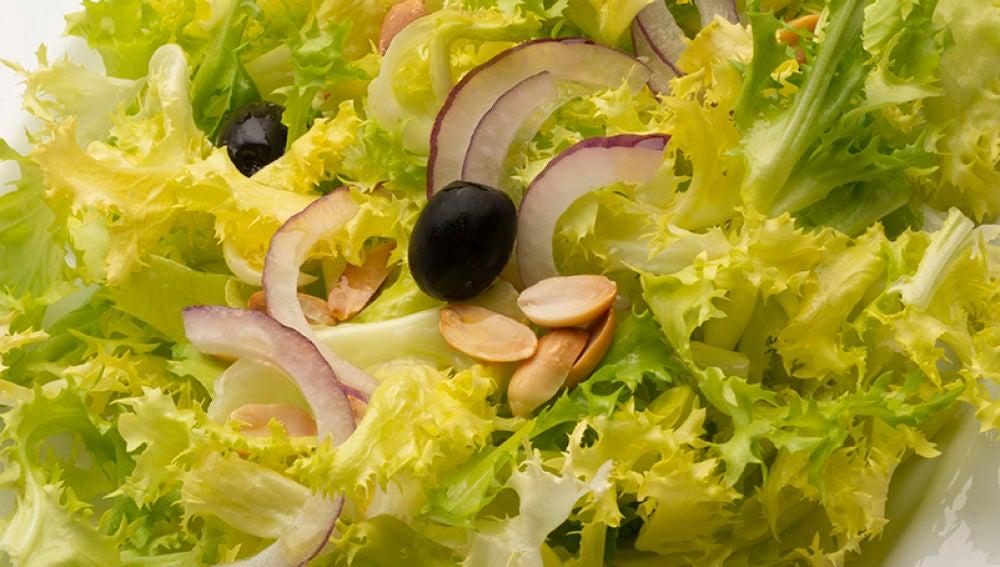 Ensalada de escarola, cebolla y cacahuetes