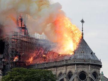 El fuego devora el tejado de la catedral de Notre Dame