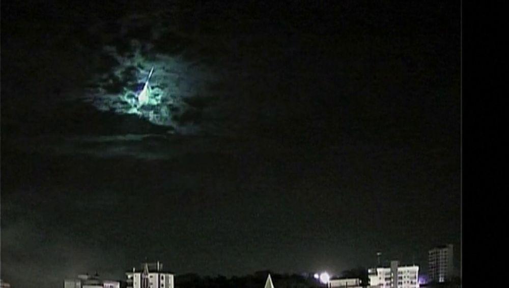 Un meteorito es captado cuando impacta contra la atmósfera