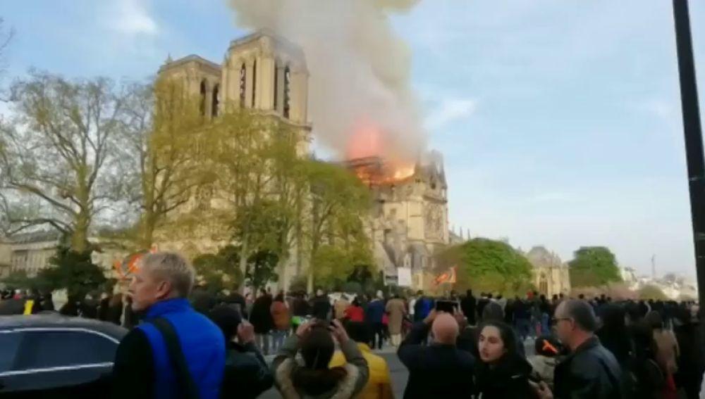 """Un español, testigo del fuego de Notre Dame: """"Al principio creímos que era un atentado"""""""