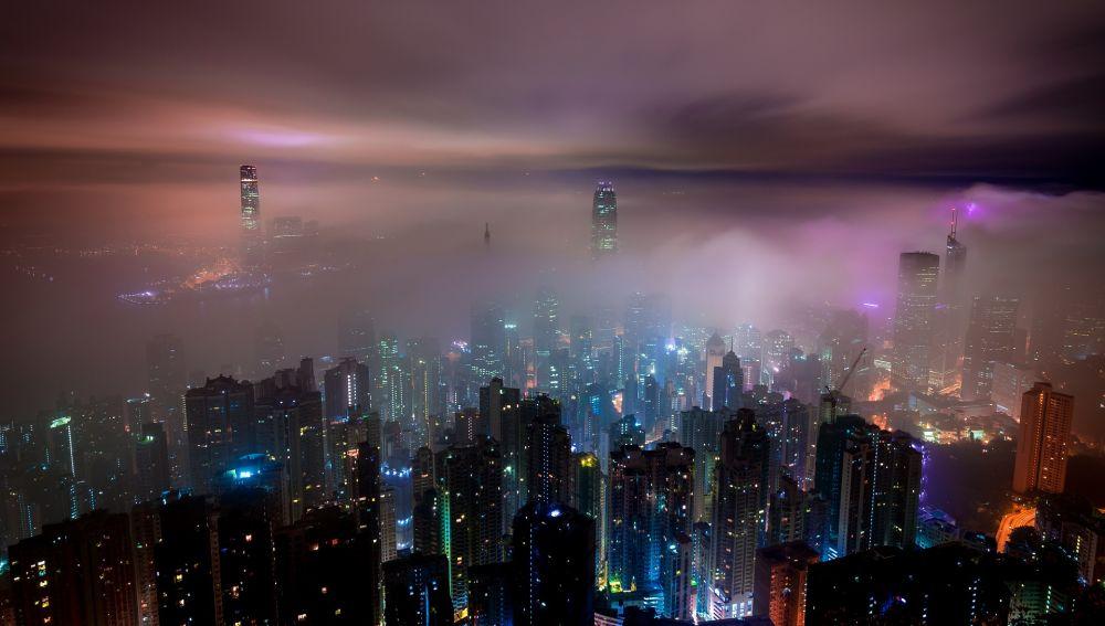 Contaminación de una ciudad por la noche