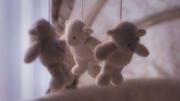 Una mujer rusa finge su embarazo durante nueve meses y luego simula un funeral con dos muñecos