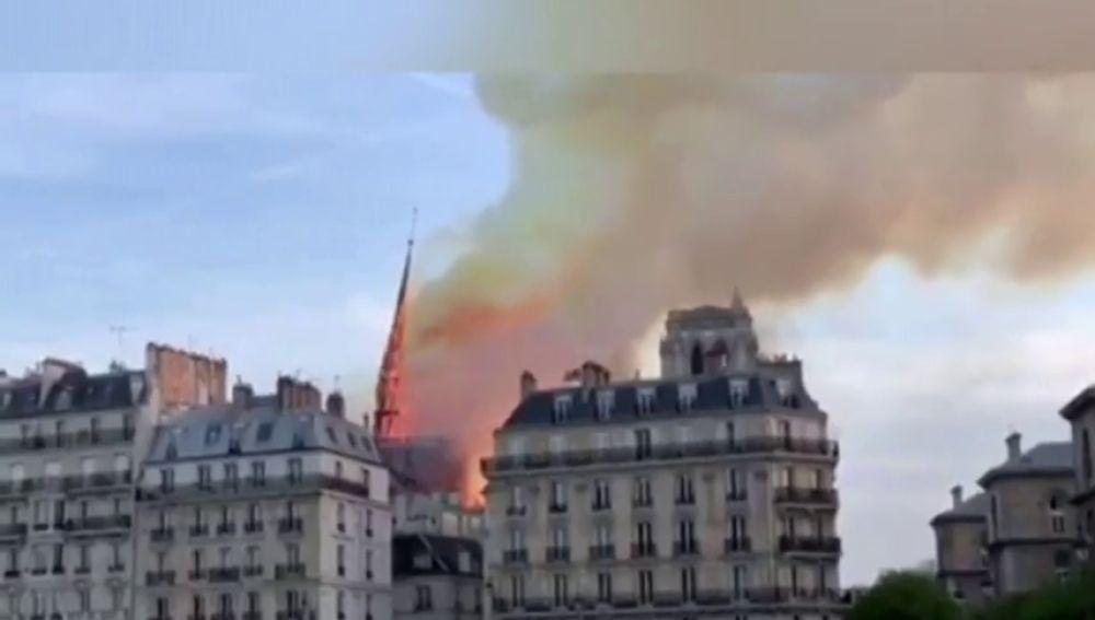 Momento en el que cae la aguja central de Notre Dame