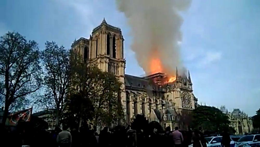 Imágenes de Notre Dame tras caer la aguja de la catedral