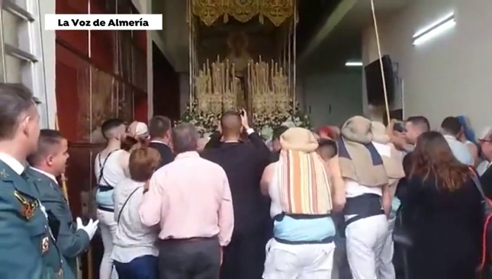 Emocionante pedida de mano ante la Virgen de Los Ángeles, en Cádiz