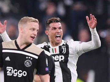 Cristiano protesta una jugada en el choque contra el Ajax