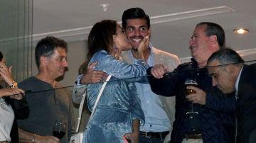 El beso de Paula Echevarría a Miguel Torres