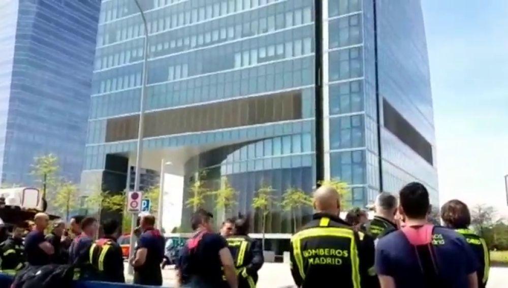La Policía desaloja una de las cuatro torres de Madrid por amenaza de bomba