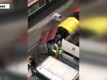 Un cartonero se salva de morir triturado por un camión de la basura