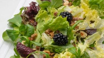 Ensalada de lechugas variadas con higos, moras y avellanas