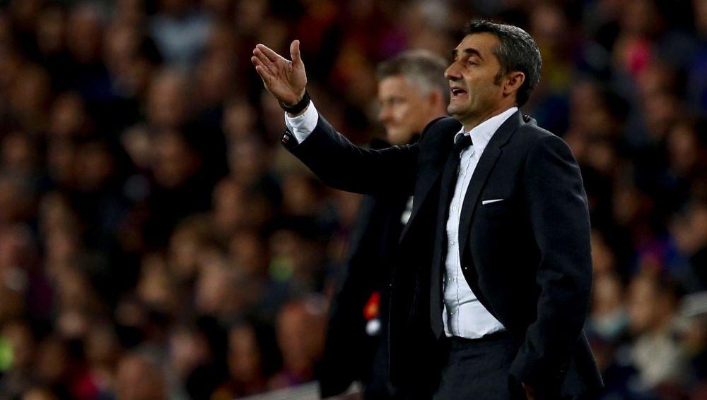 Ernesto Valverde da instrucciones sobre la banda del Camp Nou