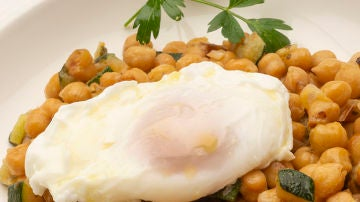 Garbanzos con calabacín y huevo escalfado
