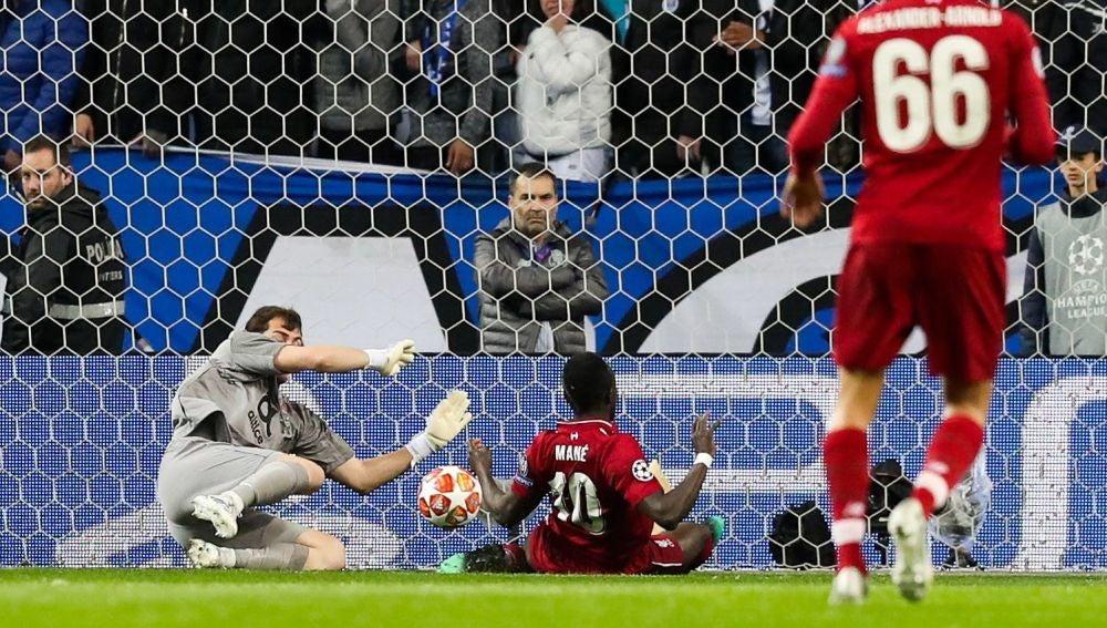 Mané remata ante Casillas para hacer el 0-1 en Do Dragao