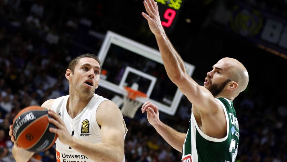 Fabien Causeur intenta superar a Nick Calathes