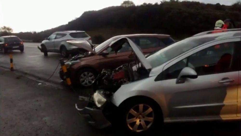 Un octogenario provoca la colisión de cinco vehículos y se da a la fuga