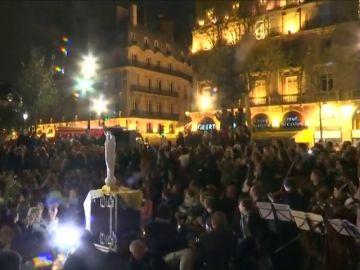 Cientos de parisienes celebran una emotiva vigilia frente a Notre Dame