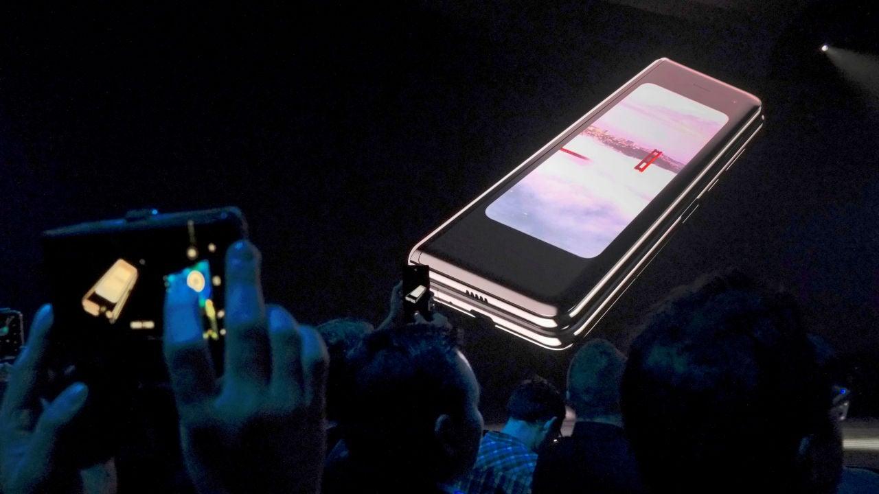 85c8b00eb4c El nuevo móvil plegable Samsung Galaxy Fold sufre desperfectos de pantalla  tras un día de uso | ANTENA 3 TV - NOTICIAS