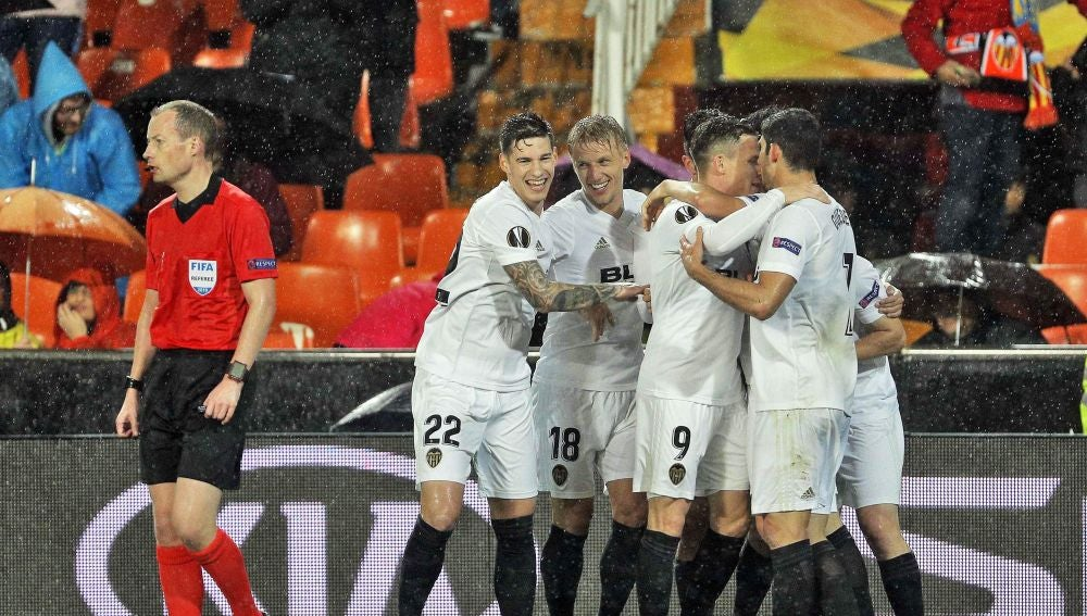 Los jugadores del Valencia celebran un gol ante el Villarreal