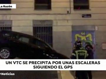 Un VTC cae por unas escaleras por seguir el GPS