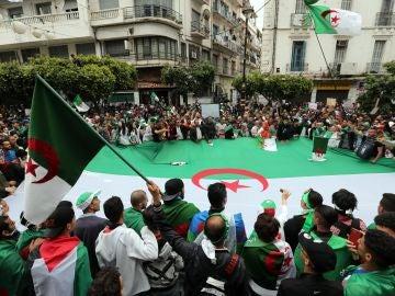 Miles de argelinos mantienen el pulso pese a que la protesta pierde fuelle
