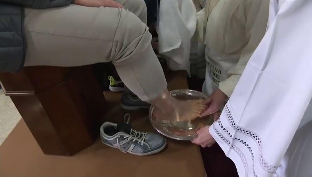 El Papa lava y besa los pies a doce presos en un centro penitenciario de Roma